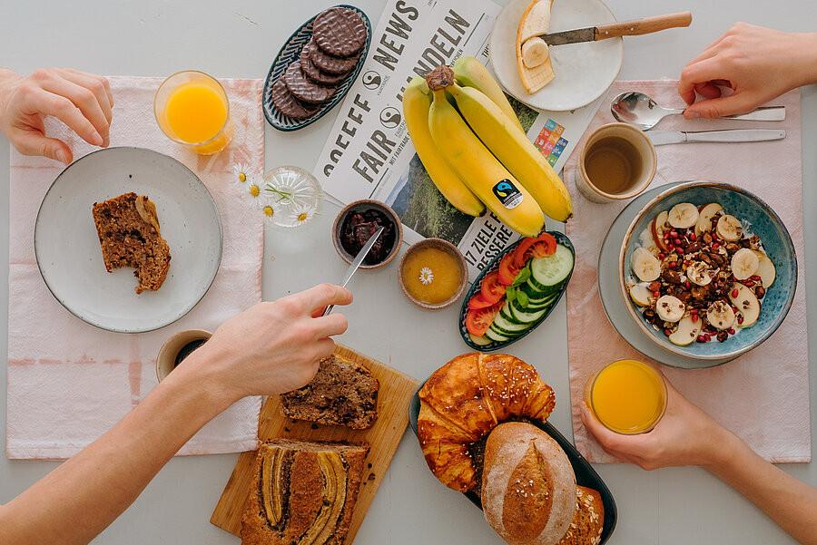 Bunt gedeckter Frühstückstisch
